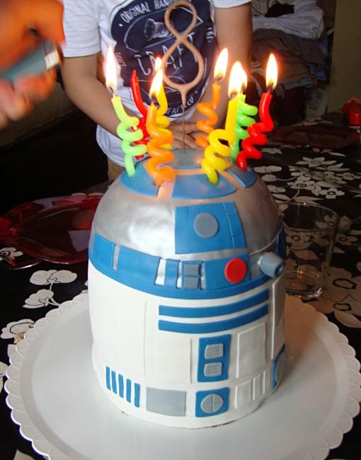 Tarta-piñata-R2D2-velas-metienestarta